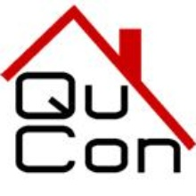 QuCon Schriftzug unter stilisiertem Hausdach