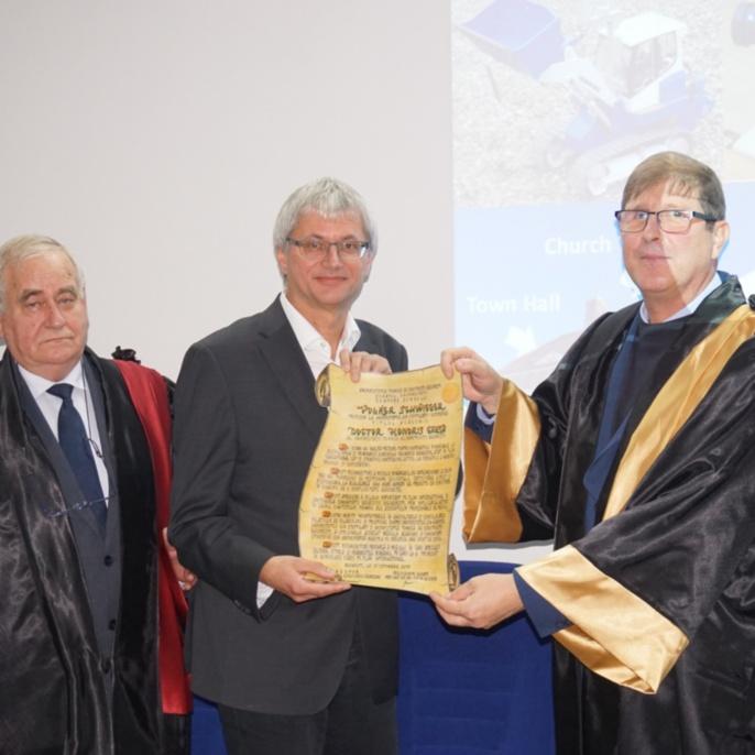 Übergabe der Urkunde durch den Rektor Prof. Dr. Radu Sorin Vacareanu (rechts) und den Präsidenten des Senats Prof. Dr. Iohan Neuner (links)